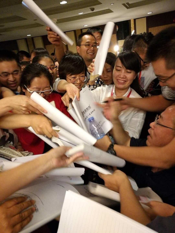 学员争先获取左老师签名